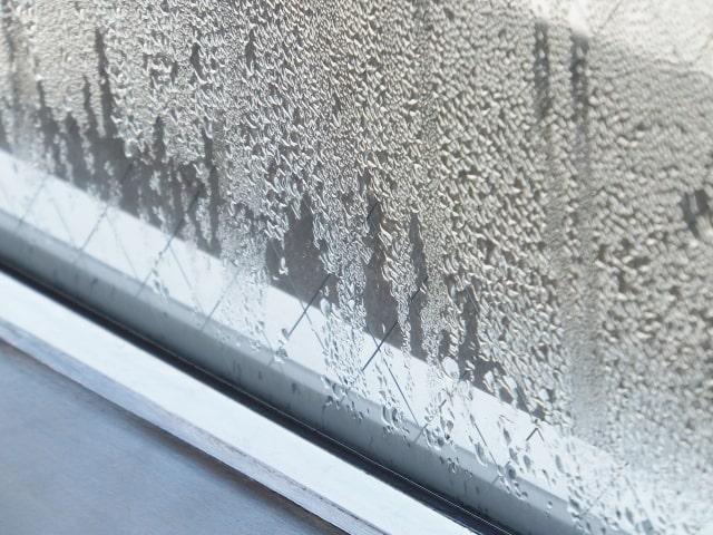 窓ガラスに付いた結露のイメージ写真