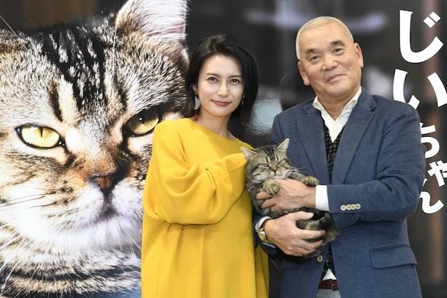 映画「ねことじいちゃん」の出演者による記念写真、柴咲コウ、岩合光昭、猫のベーコン