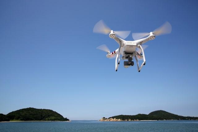 ドローンを使って離島を空撮するイメージ