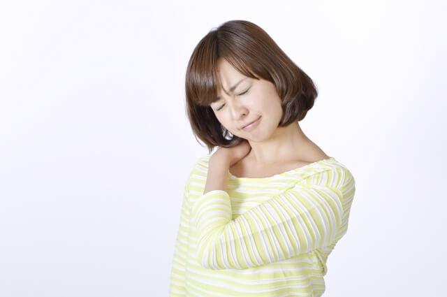 肩こりに悩む女性のイメージ写真