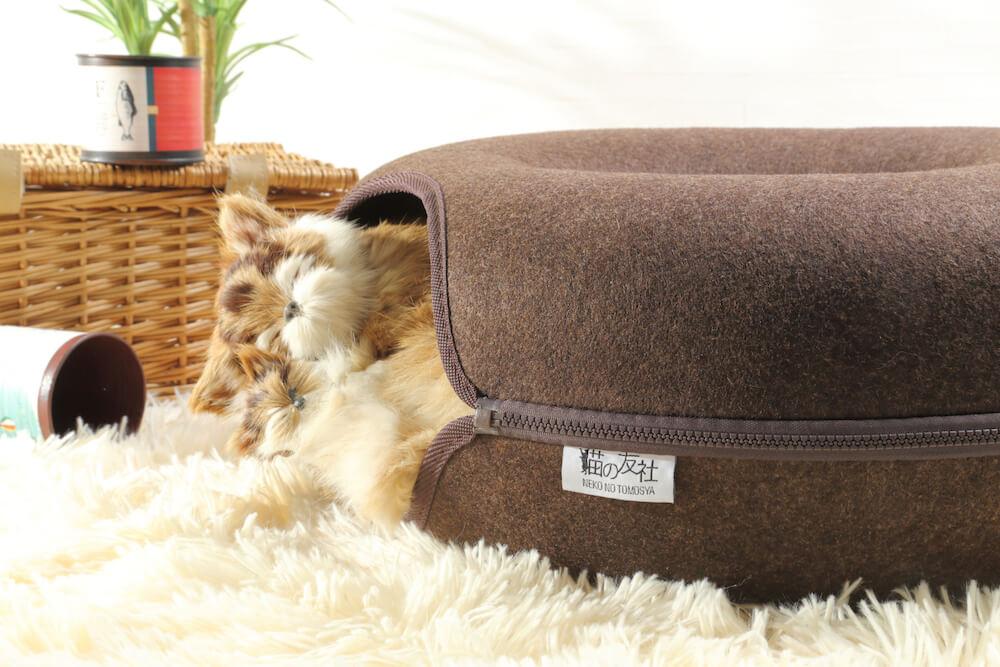 ドーナツ型の猫ベッド「にゃんドーナツ」の中でくつろぐ猫