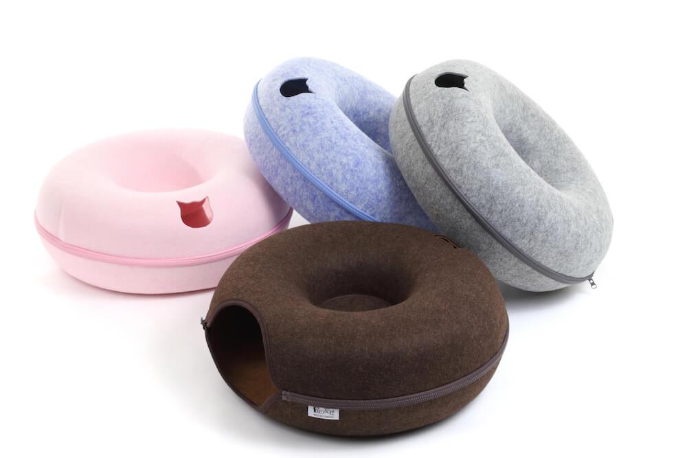 ドーナツ型の猫ベッド「にゃんドーナツ」の4色カラー(グレー、ブラウン、ブルー、ピンク)