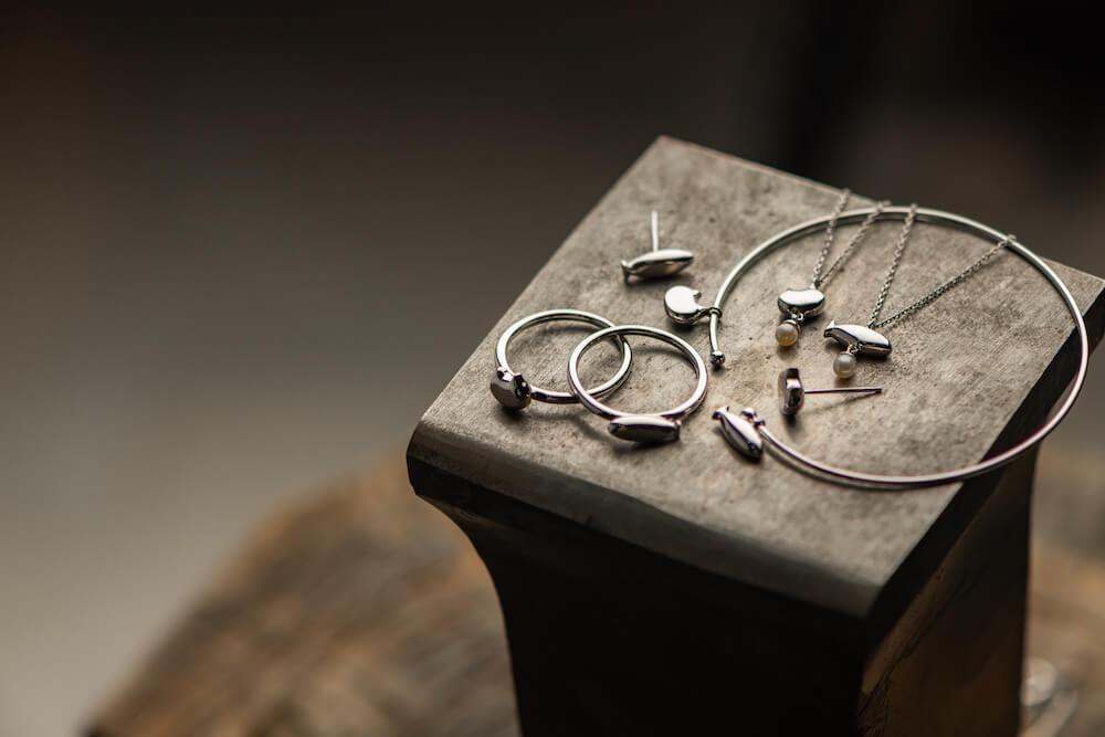 猫と魚をモチーフにしたジュエリー「ねこさかな」シリーズのブレスレットやネックレス、指輪、ピアスのイメージ