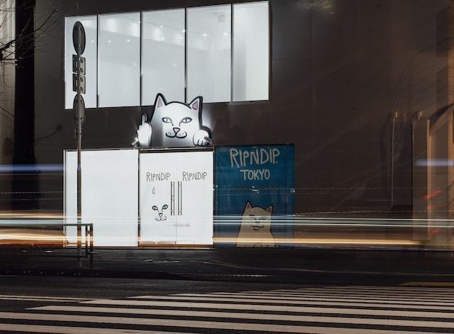 夜のRIPNDIP TOKYO(リップンディップ トウキョウ)の店舗入り口