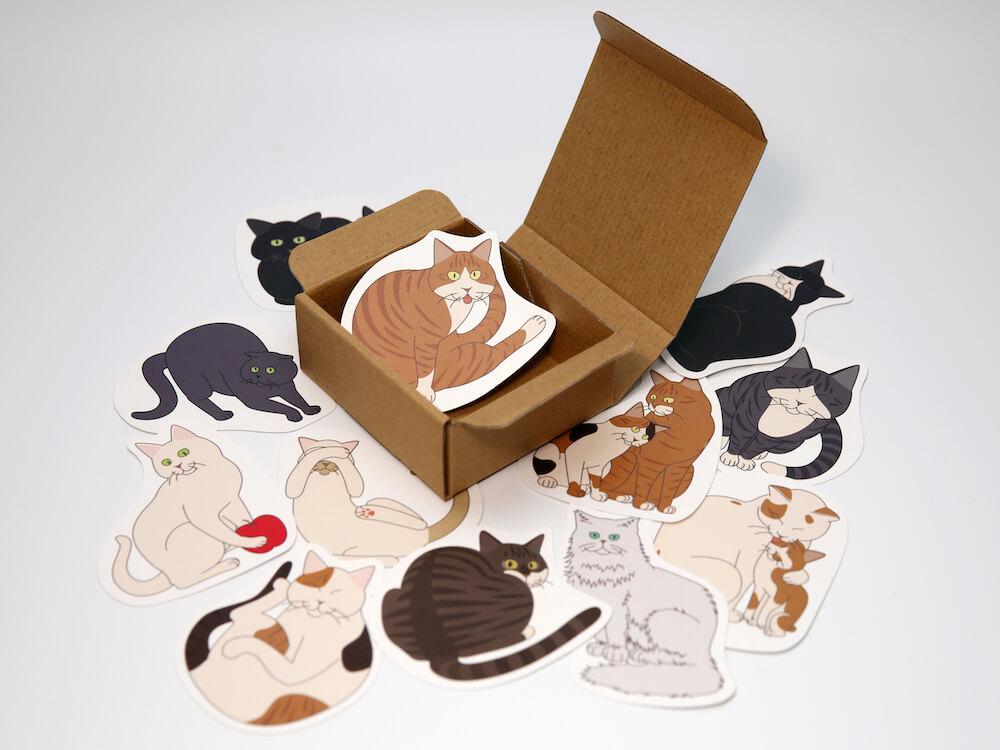猫型の寄せ書きカード「よせねこ」を開封したイメージ
