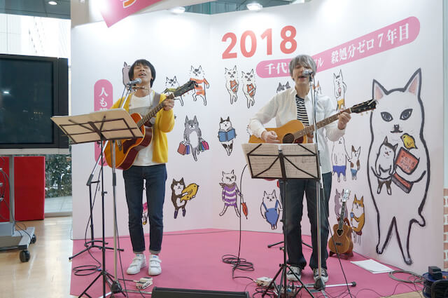 ちよだ猫まつりで演奏する山田稔明/近藤研二