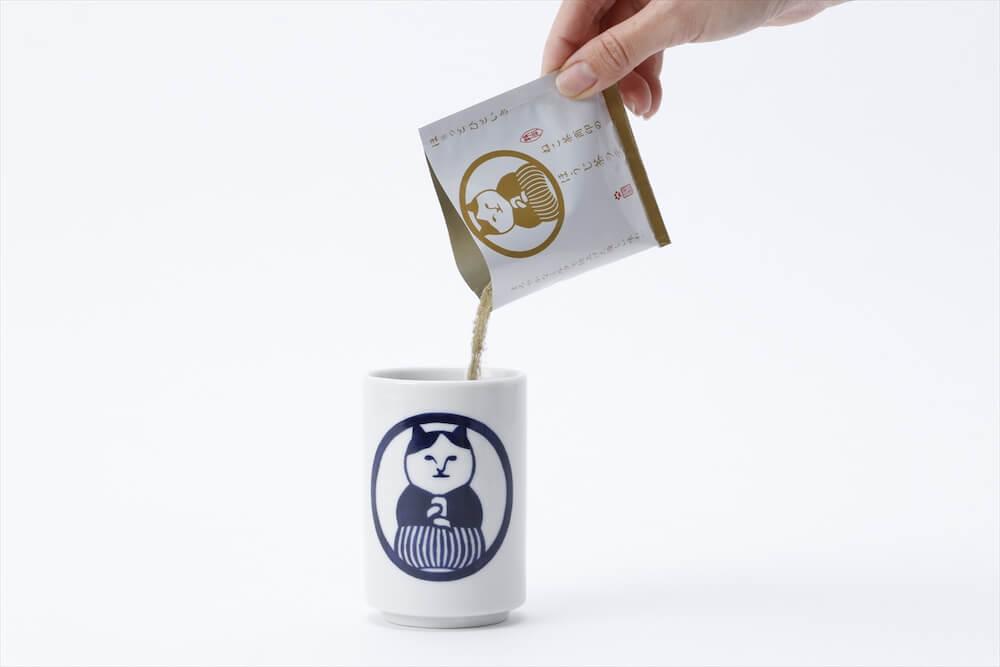 ねこ茶商印のほうじ茶ラテの粉末を湯呑に入れるイメージ