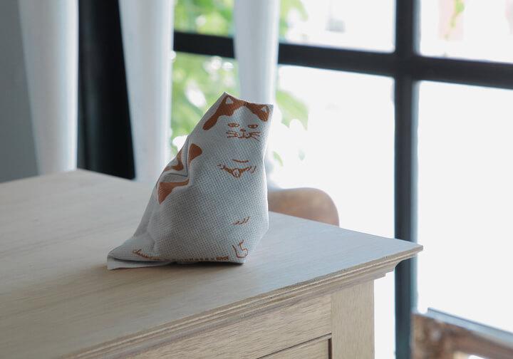 セラミック炭を利用した猫モチーフの天然脱臭材「チャコキャット」の製品イメージ