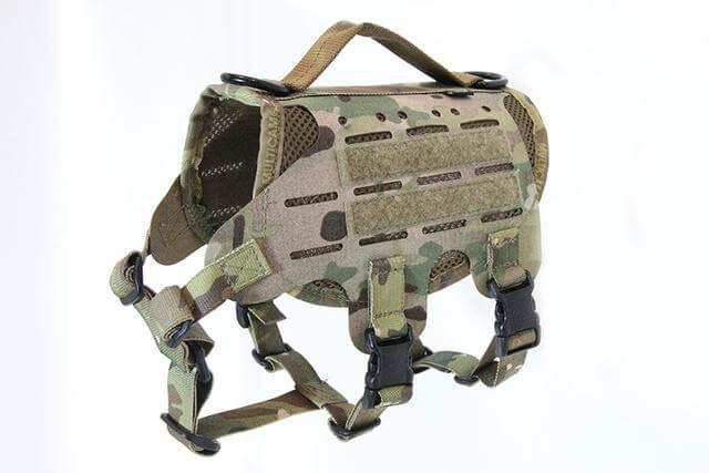 犬猫用ベスト「M4 Tactical MOLLE Vest Laser Cut」のマルチカムカラー