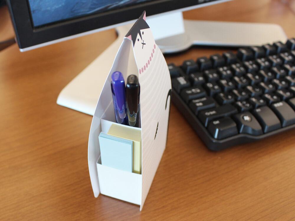ネコの形をしたふせんスタンドのポケットには、ふせんやペンを収納可能
