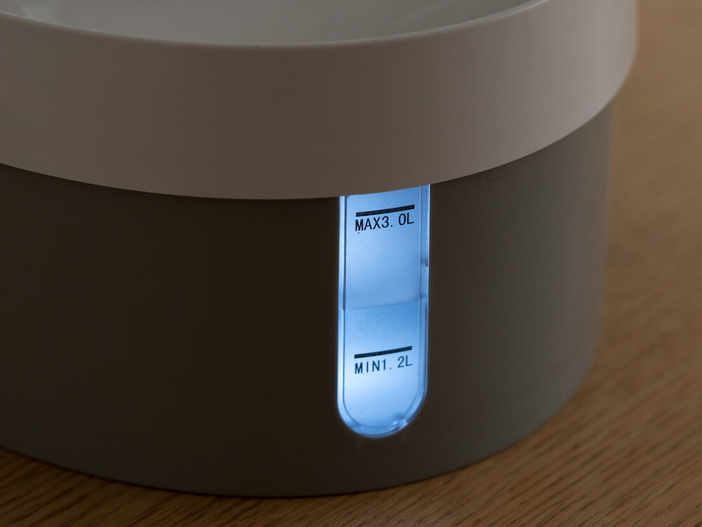 暗闇でも水位を確認できるLEDライトを搭載 by 自動給水器「WAGWAGウォーターファウンテン」