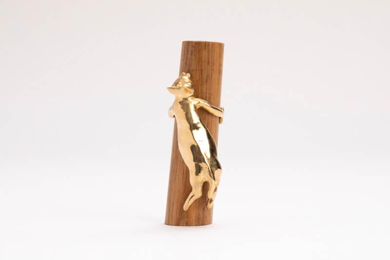 養老孟司特別賞を受賞した御代将司(美術学部修士課程 工芸専攻)の猫作品「おっとっとっと」