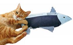 猫キッカーとしても使える!デニム生地のカツオ型クッションに新作カラーが登場