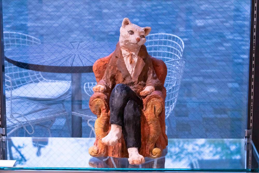 椅子に腰掛ける猫の彫刻作品 by 藝大の猫展