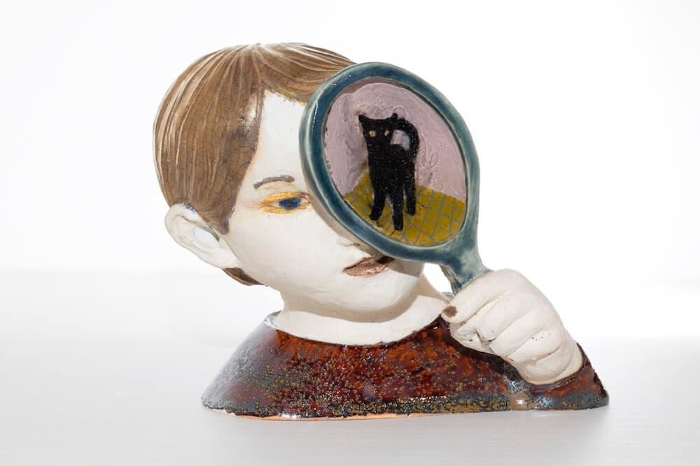 虫眼鏡で猫を除く姿を表現した彫刻作品 by 藝大の猫展