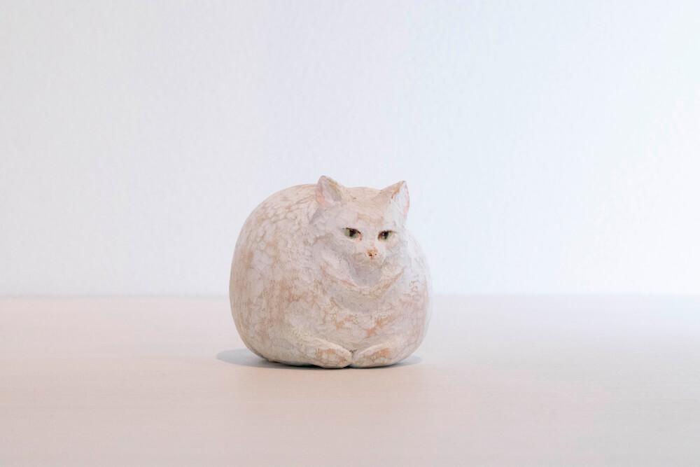 香箱座りの猫を表現した彫刻作品 by 藝大の猫展