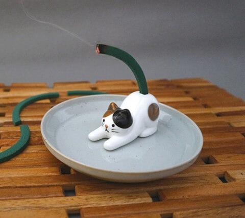 三毛猫の蚊取り線香スタンドの使用イメージ