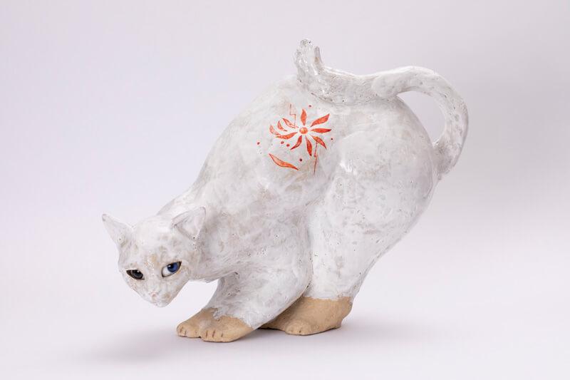 お尻を高く上げる猫の彫刻作品 井坂仁美「交差するとき」