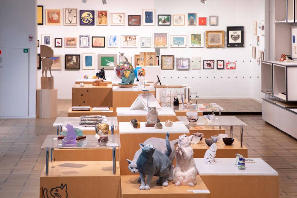 「藝大の猫展」で展示されている猫のアート作品