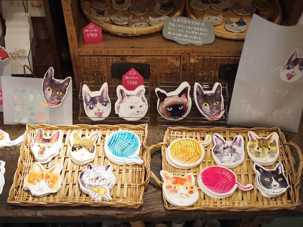 一般公募の猫をモデルにして作られた紙雑貨