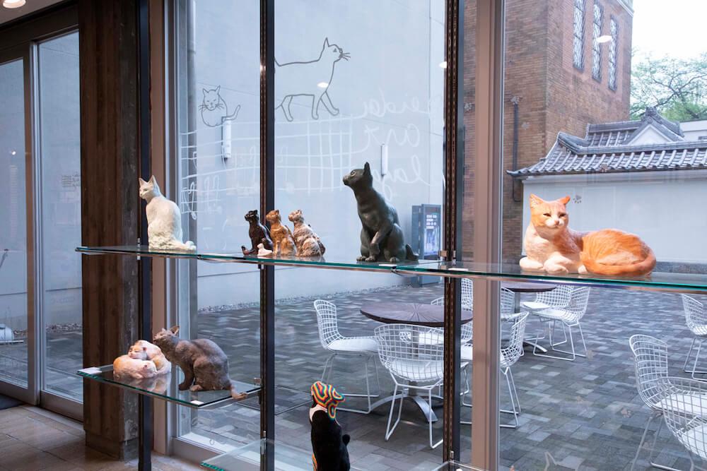 「藝大の猫展」で展示されている猫の彫刻作品