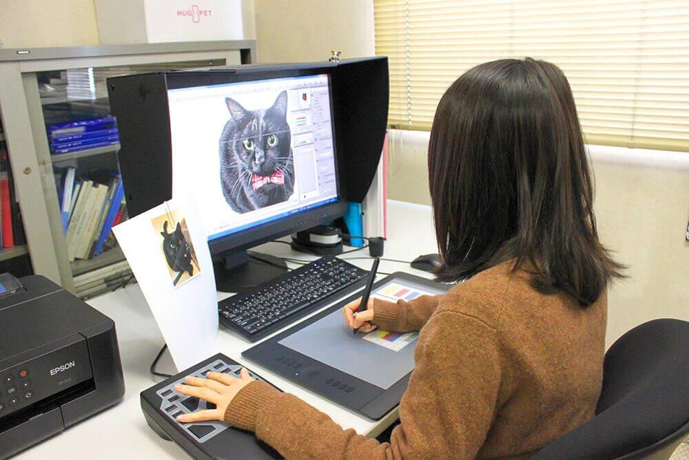 猫の写真からデジタル処理をして織りデータに変換している様子