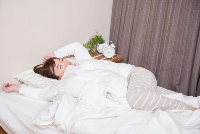 寝苦しい女性のイメージ写真
