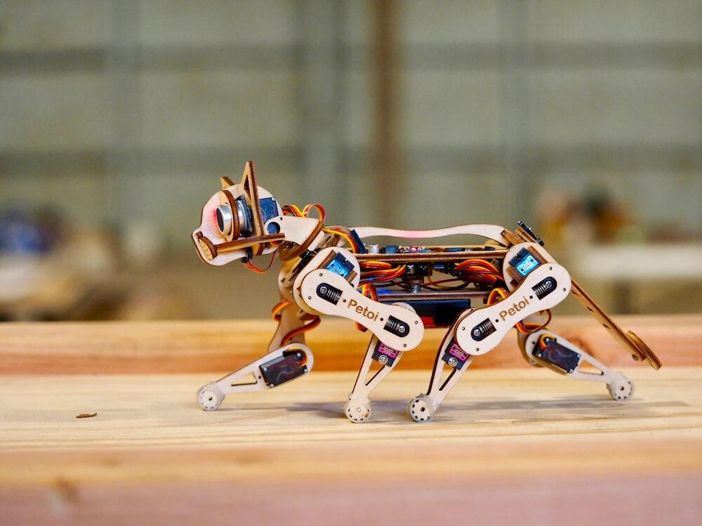 猫型ロボット「Nybble(ニブル)」が歩いているシーン