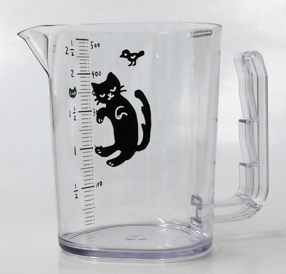 粘度の高い液体調味料を出し切ることができる計量カップ「夢見る黒猫カップ」製品イメージ