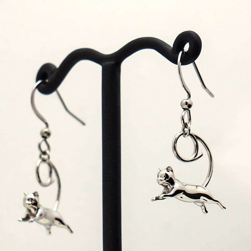 管製作所から発売された猫デザインのピアス「Tokyo Flying Cats」