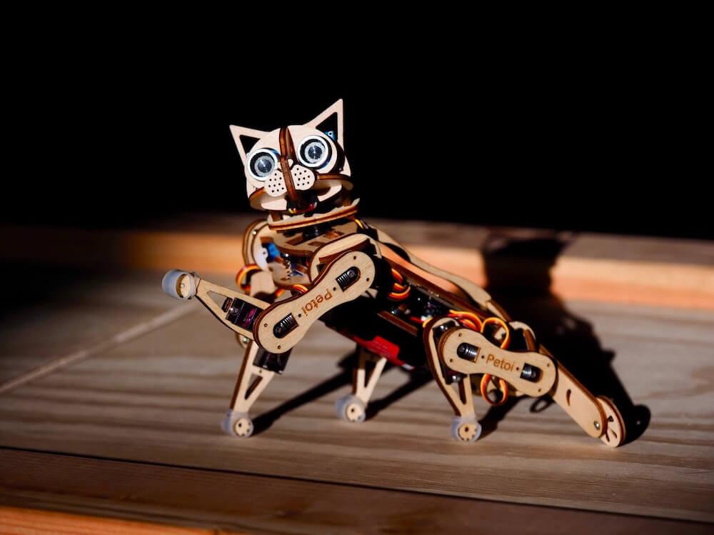 左手を上げておねだりする猫型ロボット by Nybble(ニブル)