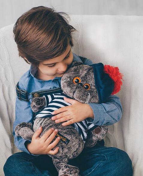 ふわふわとした触り心地の良い質感のフェイクファーを使用した猫のぬいぐるみ「BUDI BASA(ブディーバーサ)」