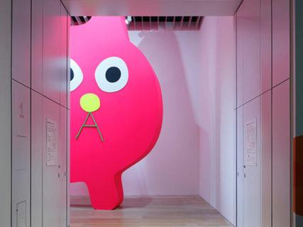 ピンクの巨大な猫や1,300匹を超える猫もいるニャ!森美術館で現代アートの展覧会が開催中