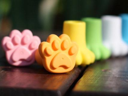 傘につけるだけで猫の足跡をペタペタ残せる!雨の日が楽しくなりそうな「肉球キャップ」が話題に