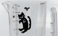 猫のしっぽを鍋に掛けるだけ!粘度の高い液体も出し切れる「夢見る黒猫カップ」