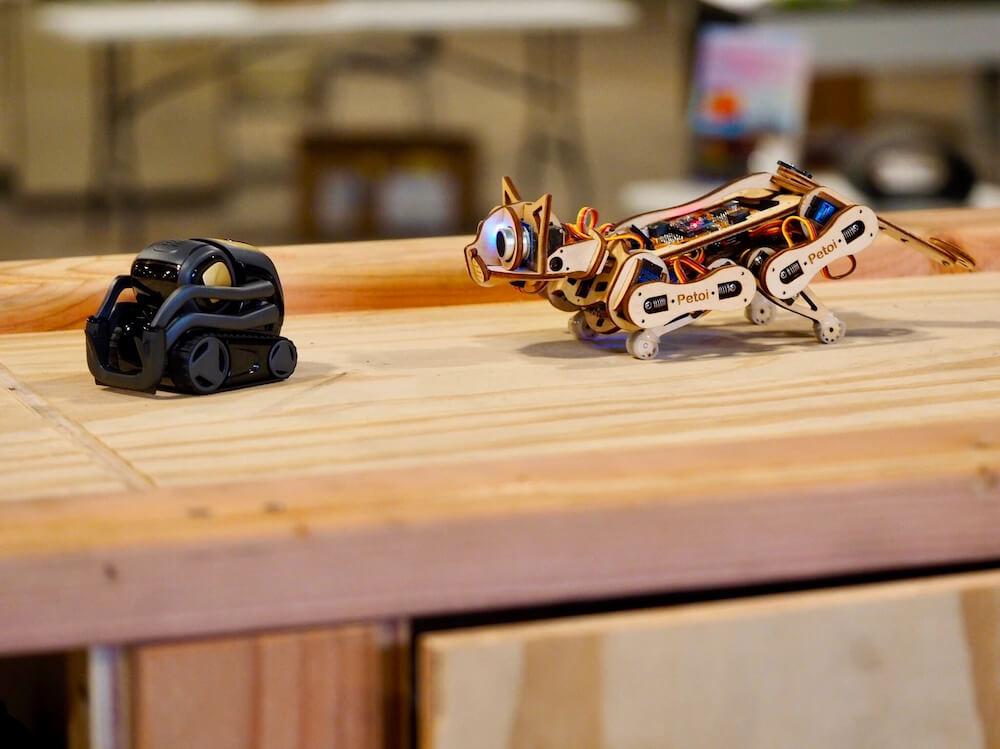 獲物を狙う姿勢の猫型ロボット by Nybble(ニブル)