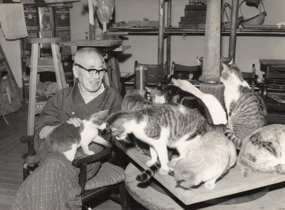猫に囲まれる朝倉文夫の写真