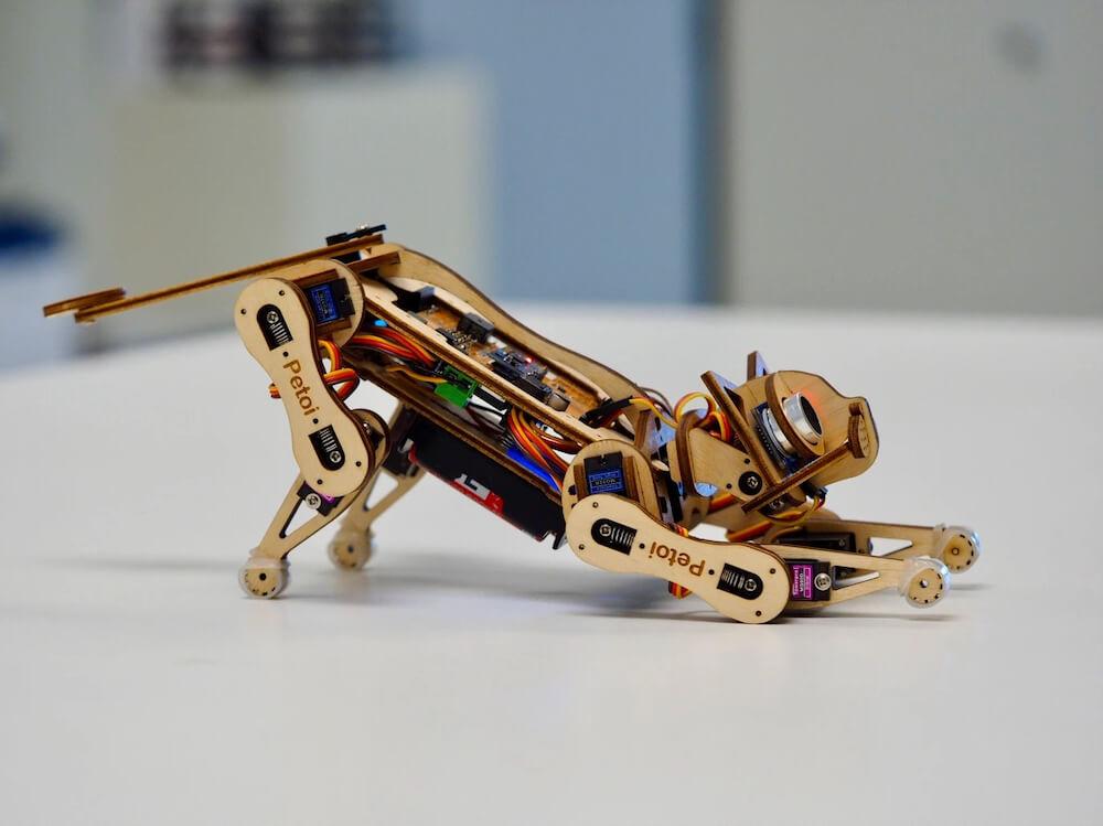 伸びのポーズをする猫型ロボット by Nybble(ニブル)