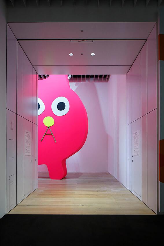 猫のアート作品「デコレータークラブ―ピンクの猫の小林さん―」 by 飯川雄大