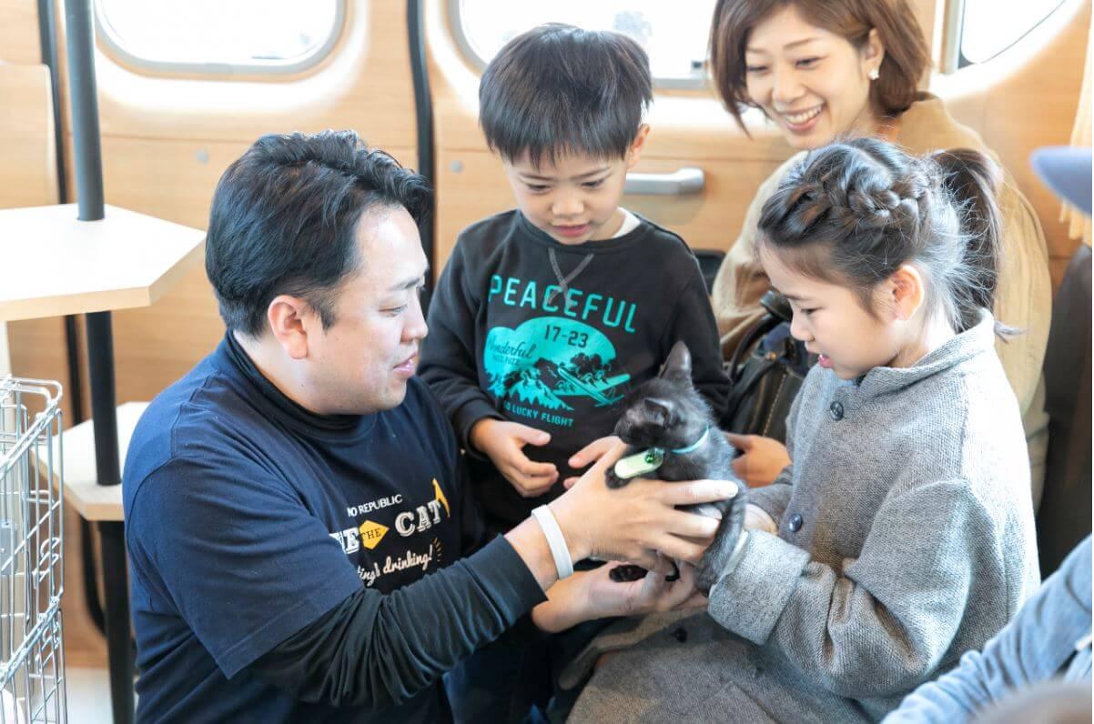 バスの中で行う保護猫の譲渡会「ネコのバス」の車内・開催イメージ
