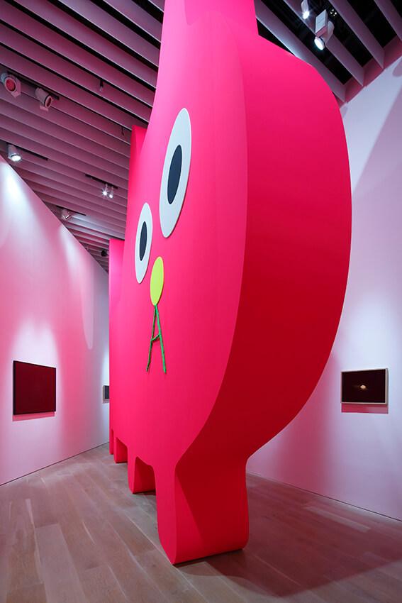 デコレータークラブ―ピンクの猫の小林さん―(至近距離で見たイメージ) by 飯川雄大