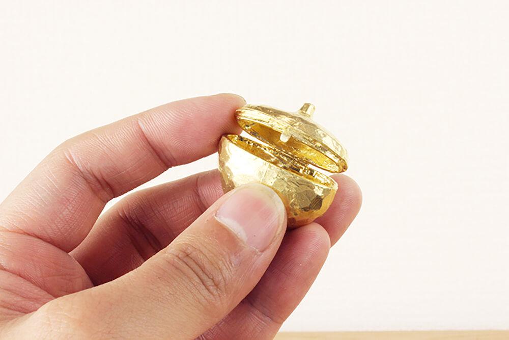 ペット用の骨壷FRAME(フレーム)の骨壷を開けたイメージ