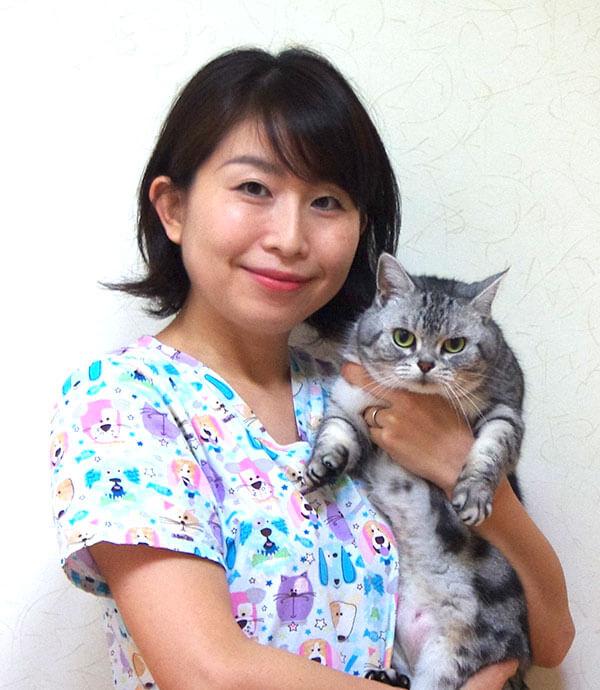獣医行動診療科認定医であり、自身も猫を飼っている白井春佳 獣医師