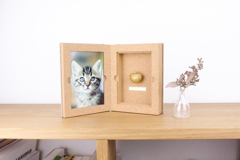 猫の写真と骨壷を飾れる本タイプの供養品BOOK(ブック) by Recolle(レコレ)