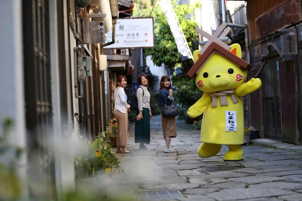 ガイドツアー「むすぶらり」で島根の魅力をアピールするゆるキャラ「しまねっこ」