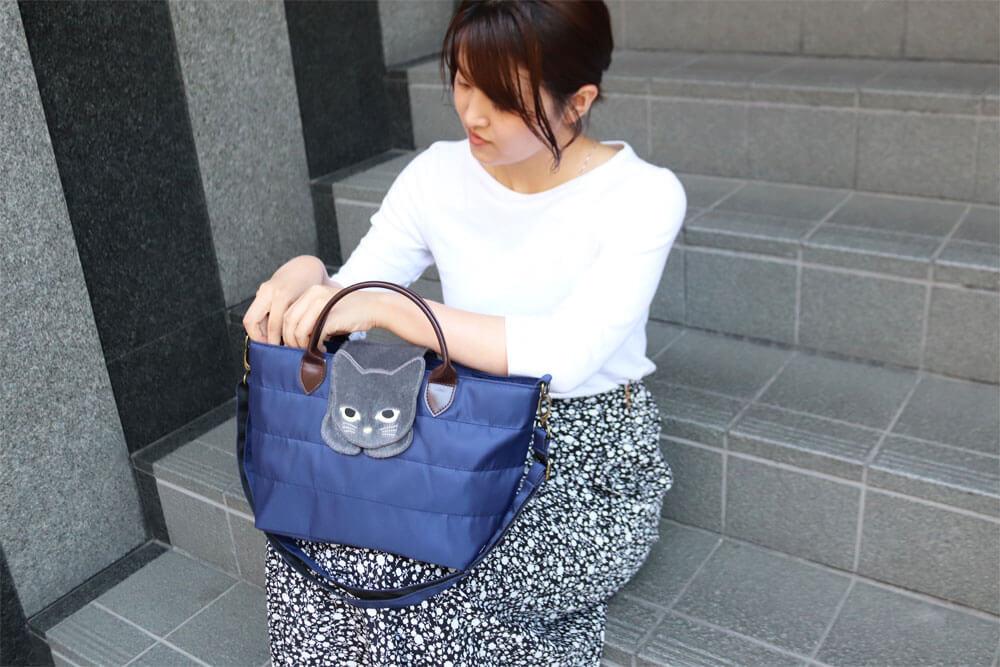 猫が乗ったバッグ「のび猫 ミニショルダー」の使用イメージ