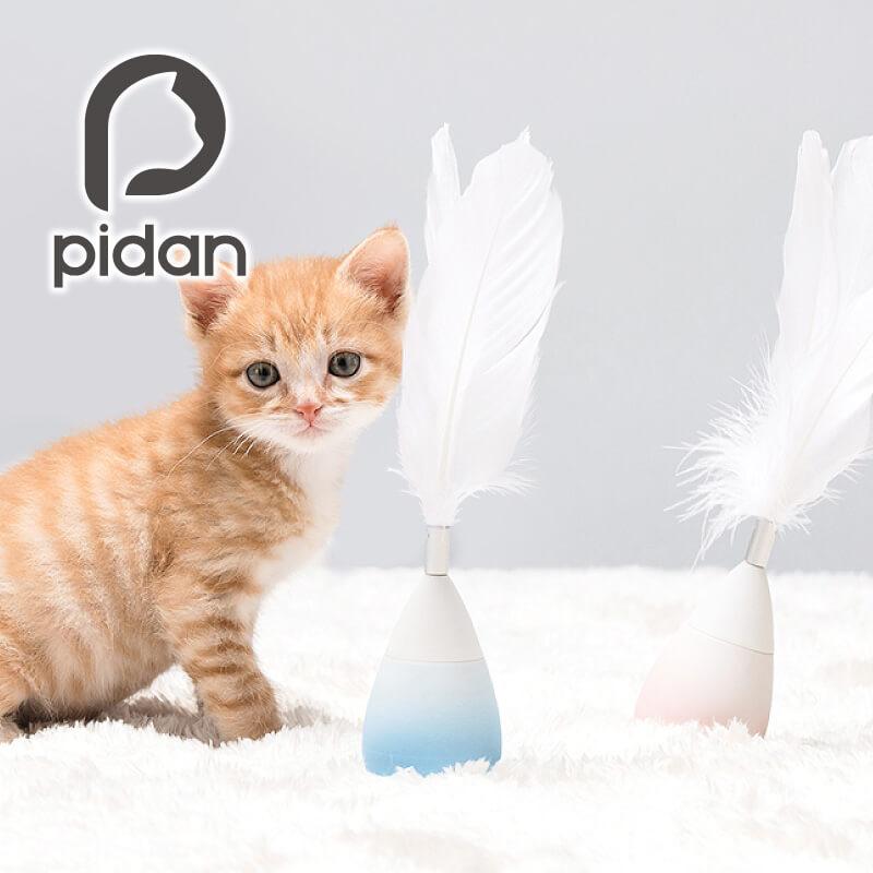 おきあがりこぼしと美しい羽が一体になった猫じゃらし by pidan(ピダン)