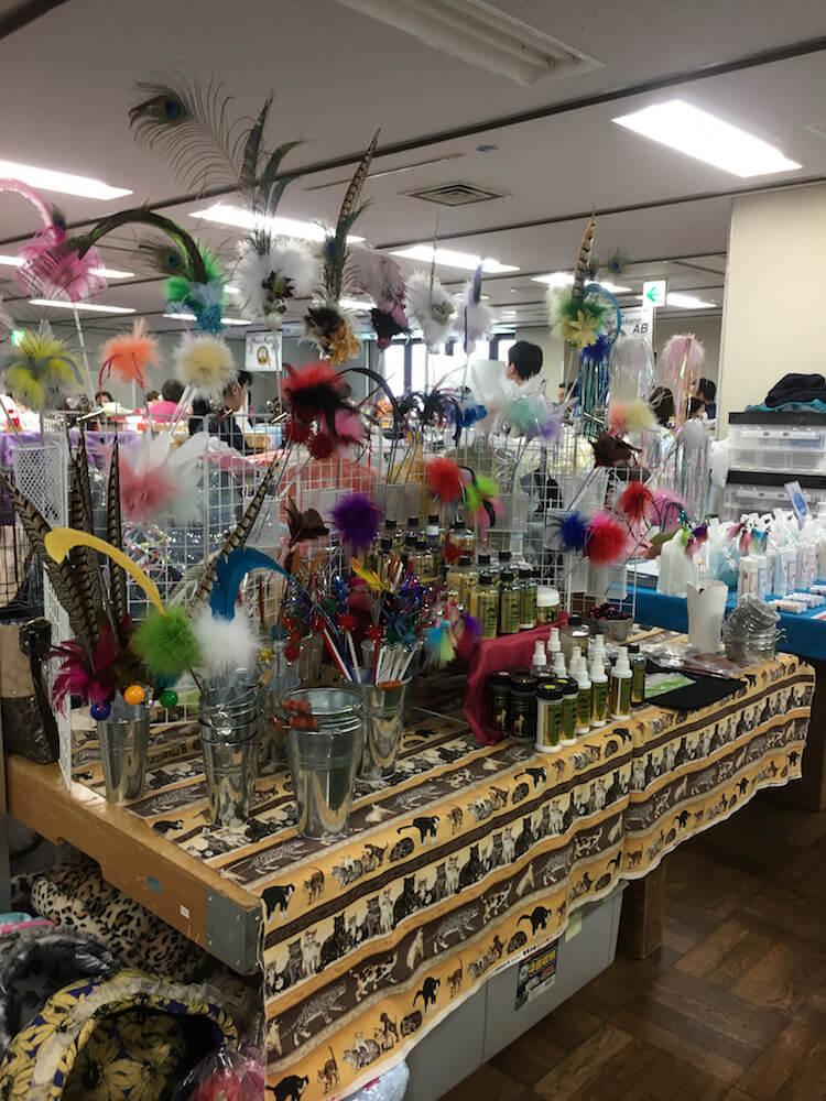猫用のおもちゃの販売風景 in CFAキャットショーの会場