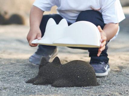 大人がやっても楽しそうニャ〜!砂を詰めてネコのシルエットを作れる型抜き「ネコカップ」