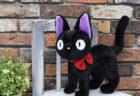 アニメ映画「魔女の宅急便」の公開30周年を記念して黒猫ジジのぬいぐるみが発売されるニャ